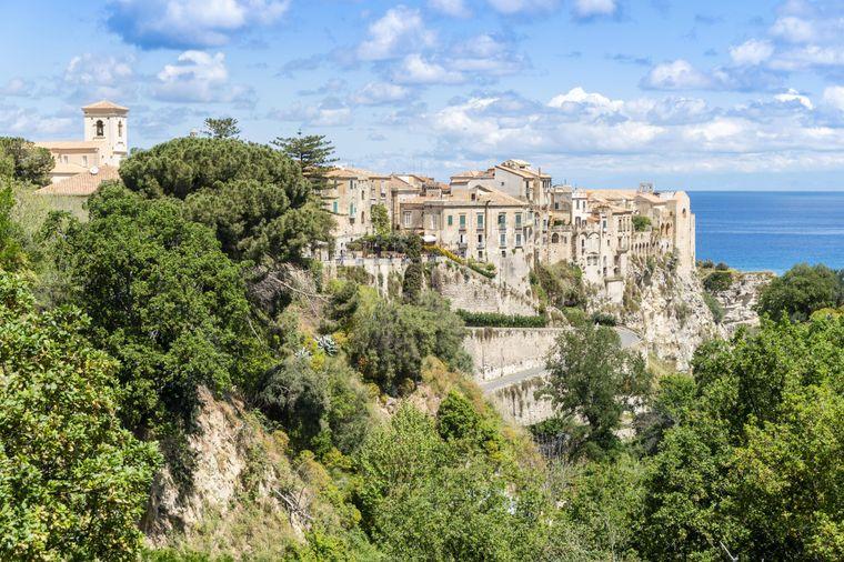 Die historischen Gebäude von Tropea stehen dicht am Rand der Felsen.