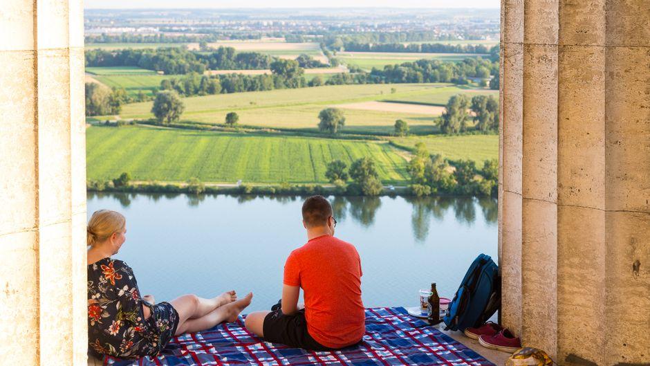 Die Ruhmeshalle Walhalla im bayerischen Landkreis Regensburg bietet einen tollen Ausblick ins Donautal.