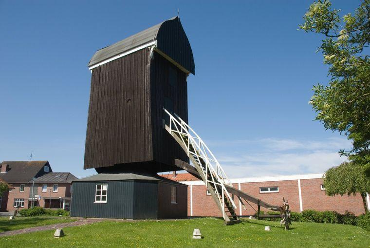 Das Wahrzeichen von Dornum: Die letzte ostfriesische Bockwindmühle.