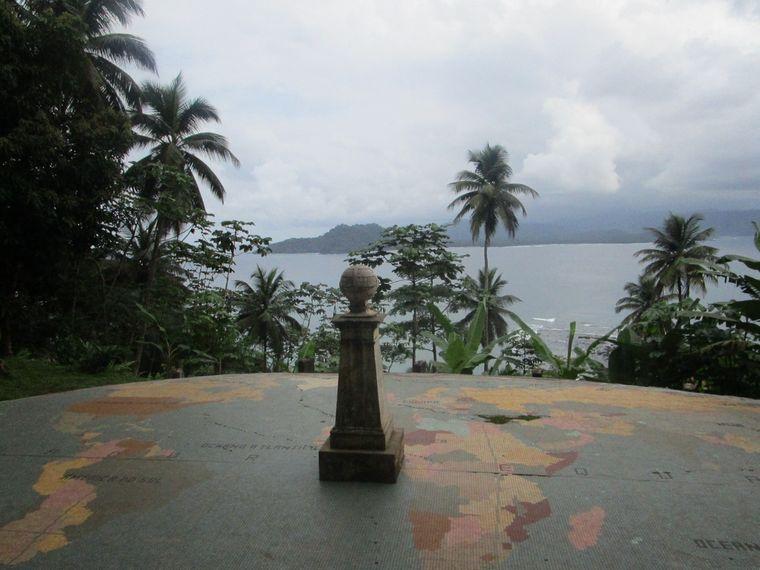 Direkt am Äquator: Auf dem Inselchen Ilhéu das Rolas kann man von der Nordhalbkugel dem Süden die Hand reichen.