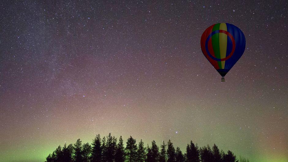 Heißluftballon und Nordlichter am Himmel.