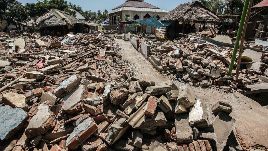 Zerstörtes Haus auf Lombok, Indonesien, nach mehreren starken Erdbeben.