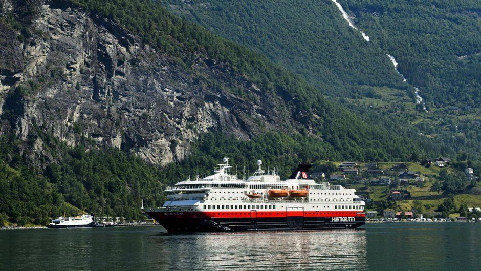 """Die """"MS Nordkapp"""" der Reederei Hurtigruten im Geirangerfjord, Norwegen."""