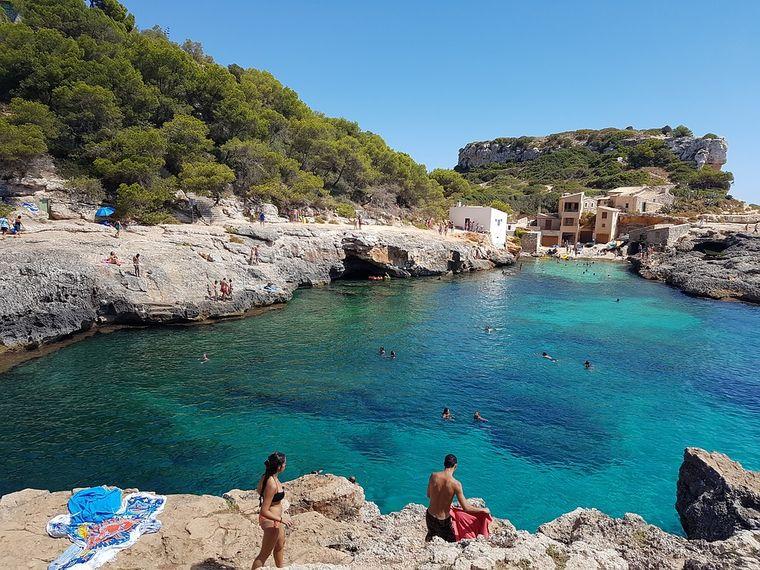 Um die Cala s'Almunia finden Badegäste viele kleine Fischerhäuser.