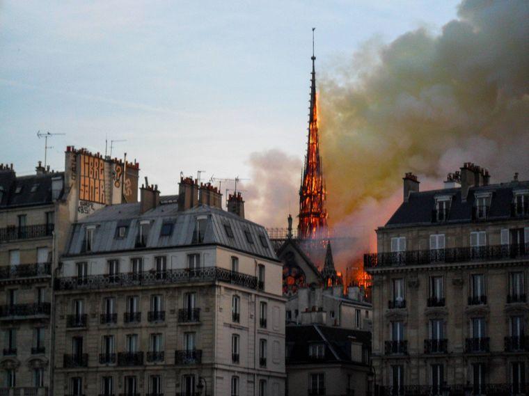 Es war der dramatischste Moment des Abends: Der 96 Meter hohe Spitzturm brach zusammen.