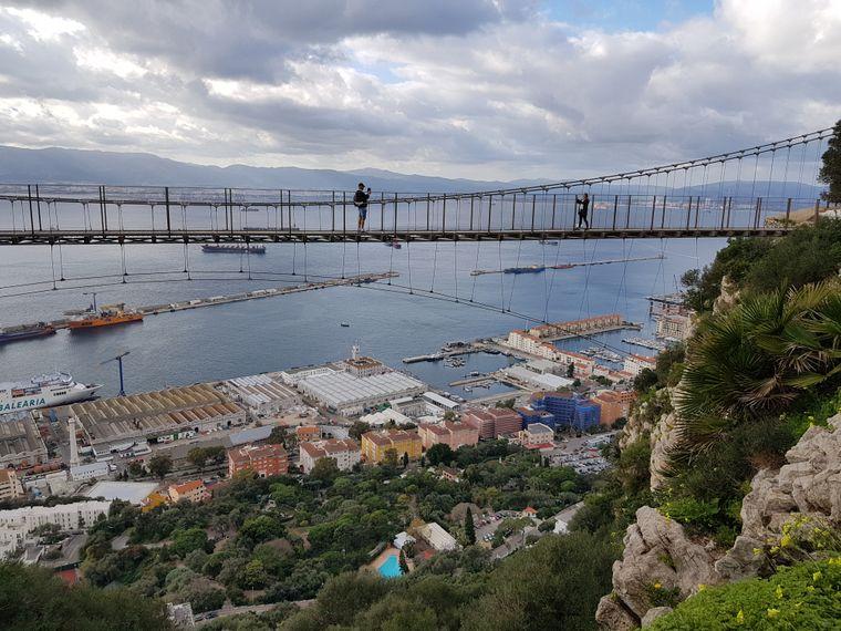 Wanderwege erschließen den Felsen von Gibraltar, immer wieder gespickt mit Höhepunkten wie der Windsor Bridge.