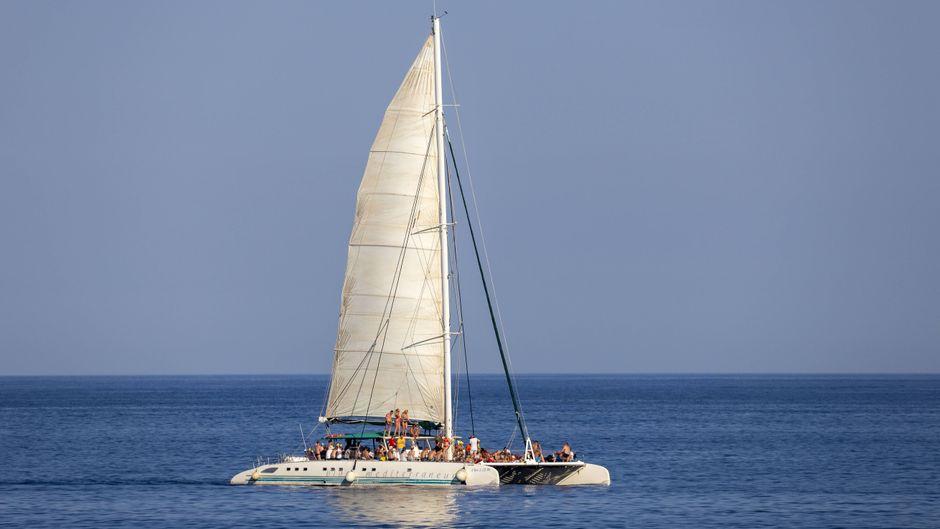 Partyboot vor Cala Rajada, Mallorca, Balearen, Spanien.