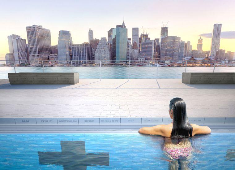 Vom Plus-Pool aus haben Schwimmer einen tollen Ausblick auf die Skyline von New York.