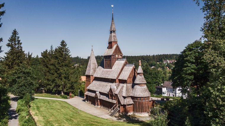 Start der zweitägigen TransHarz ist an der Hahnenkleer Stabkirche.