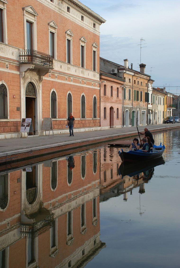 Je nach Licht spiegeln sich die Häuser in Comacchio in den Kanälen.