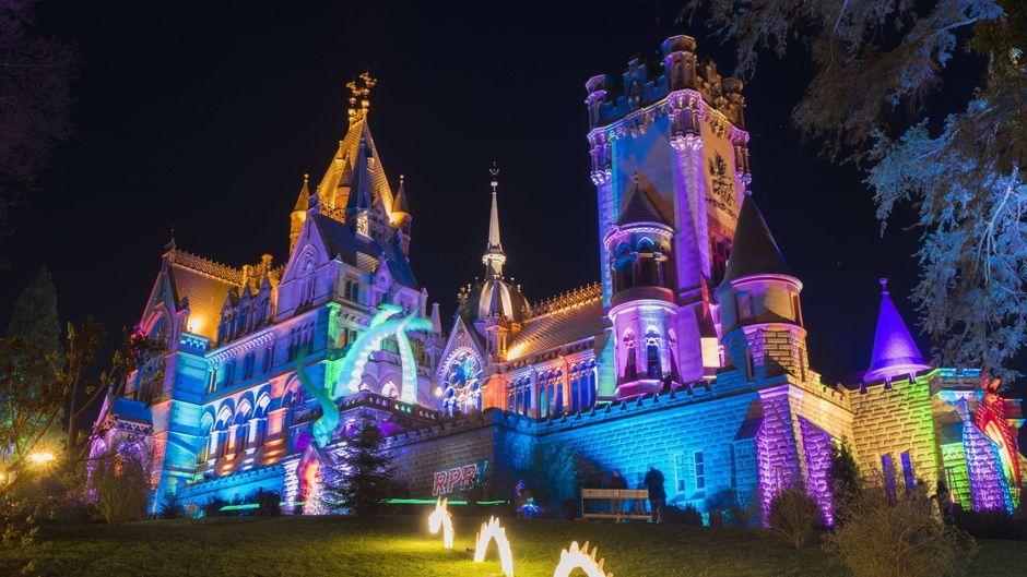 Der Künstler Wolfgang Flammersfeld verwandelt das Schloss Drachenburg mit Lichteffekten und Projektionen in ein Farben- und Lichtermeer.