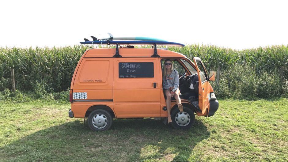 Mit ihrem selbst umgebauten Minivan reist Körmi durch Europa.