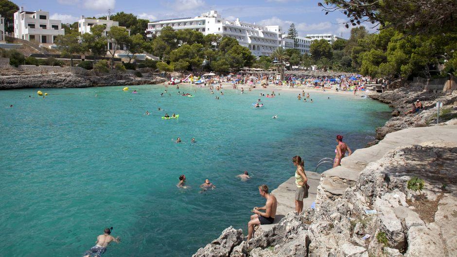 Bist du der Typ Pool oder Typ Meer? In Cala d'Or gibt es beides: Hotels mit direktem Zugang zu malerischen Buchten, aber auch Unterkünfte mit weitläufigen Poollandschaften.