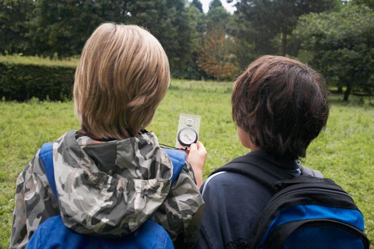 Zwei Kinder mit einem Kompass. (Symbolbild)