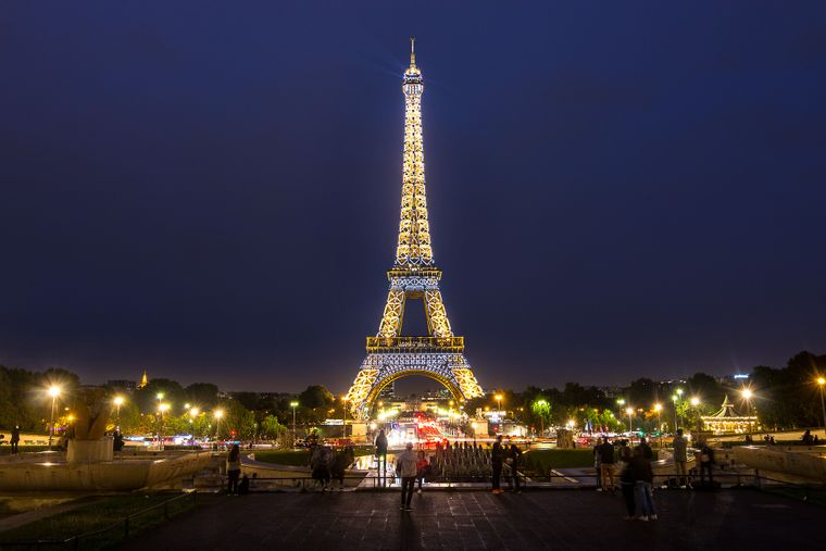 Der beleuchtete Pariser Eiffelturm.