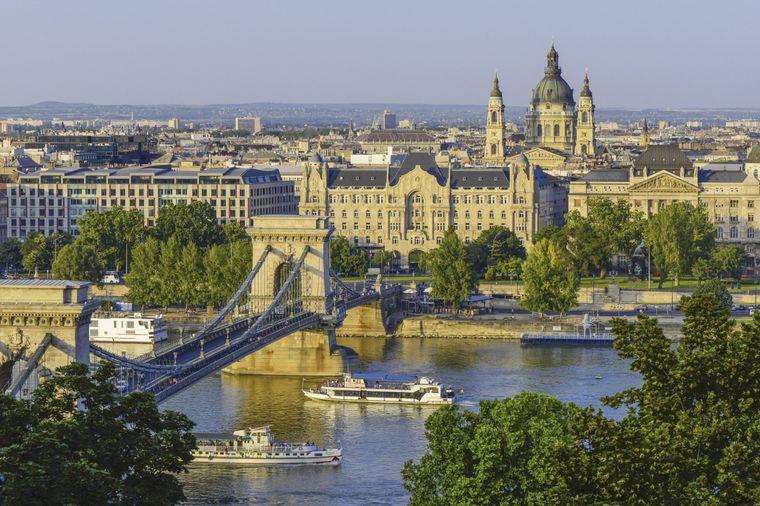 Die Kettenbrücke über der Donau solltest du dir in Budapest nicht entgehen lassen.