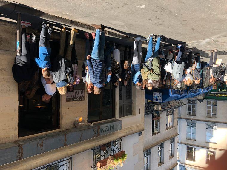 """Vor dem Imbiss """"Miznon"""" im Marais stehen Menschen an, um einen Tisch zu bekommen."""