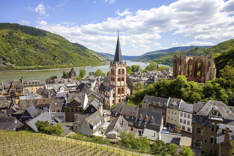 Blick vom Postenturm auf Pfarrkirche St. Peter und Kirchenruine Wernerkapelle in Bacharach.
