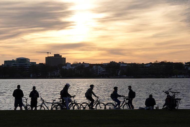 Mit dem Rad an der Alster entlang fahren gehört für viele zum Sommer dazu.