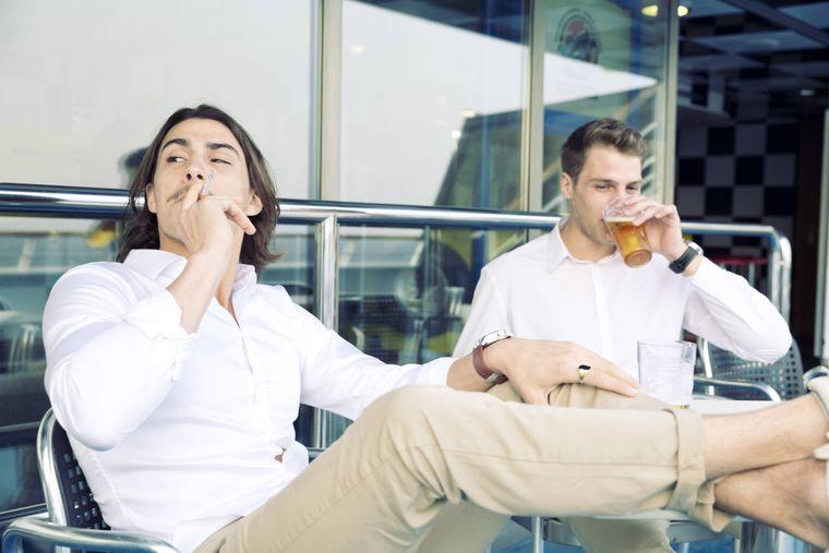 Zwei Männer rauchen auf einem Kreuzfahrtschiff.