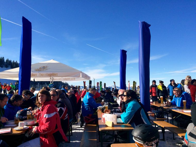 Gäste sitzen mittags auf einer der Wiedhag-Alpe .