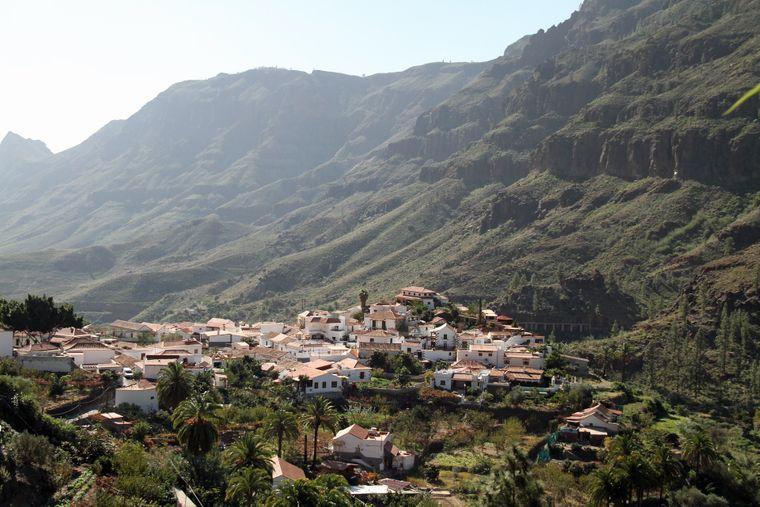 Dorf inmitten von Bergen auf Gran Canaria