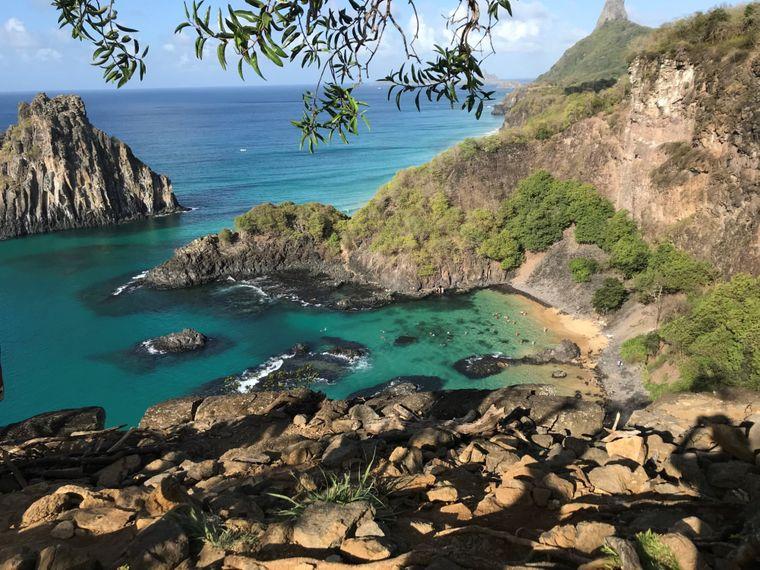 Ein schmaler Steig führt die Klippen hinab in ein Paradies aus feinstem Sand und  türkisblauem Wasser: Der schönste Strand der Welt heißt Baio do Sancho und befindet sich auf der brasilianischen Insel Fernando de Noronha.