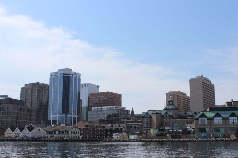 Die Uferpromenade von Halifax ist einen Besuch wert – nicht nur vom Wasser aus.