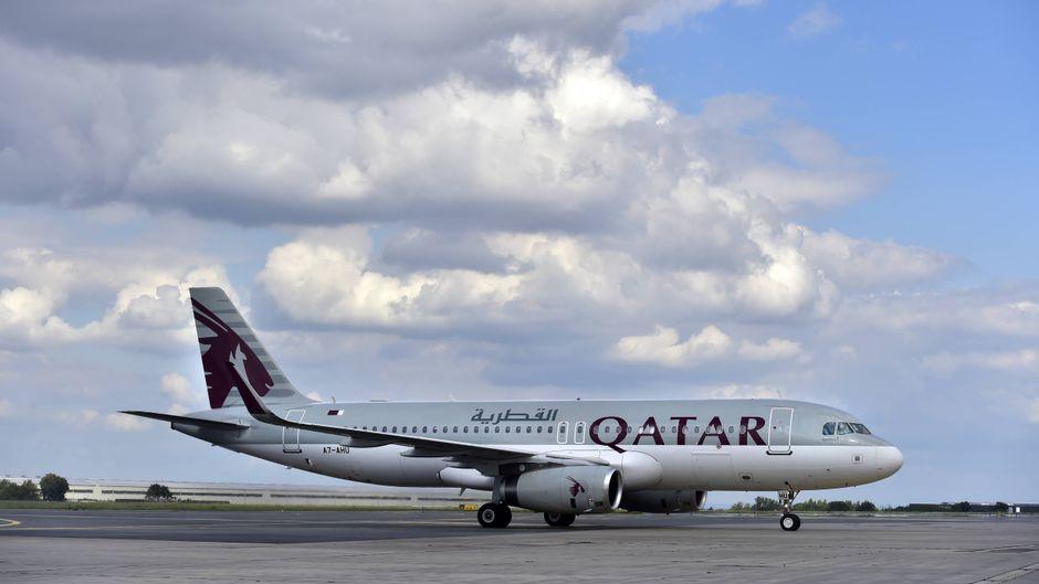 Ein Airbus A320 von Qatar Airways steht auf dem Flughafen in Prag, Tschechien.