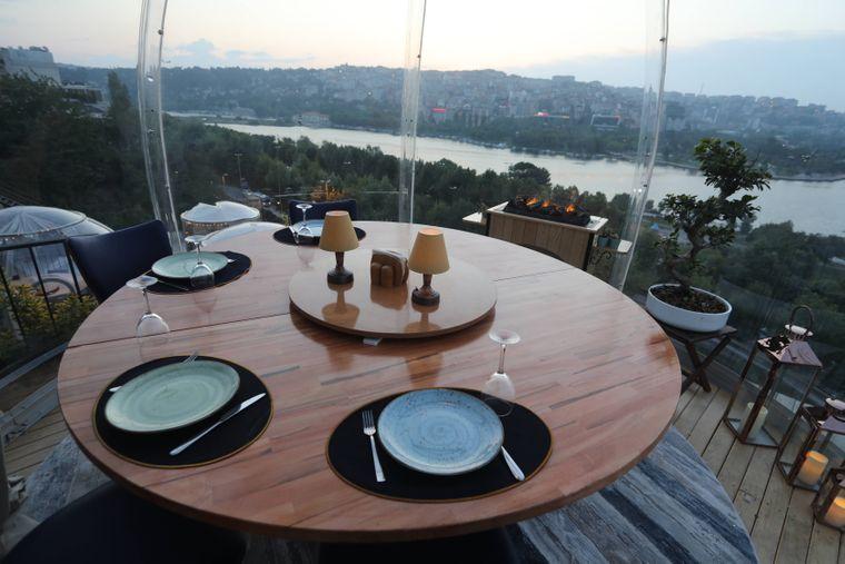 Tisch in einem Restaurant in Istanbul, in dem die Gäste in Plastikkugeln sitzen.