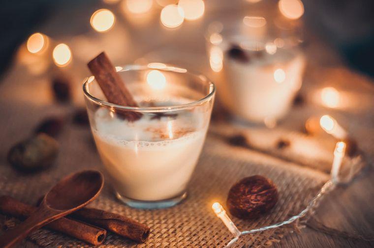 Eggnog – in den USA darf der Punsch zu Weihnachten auf keinen Fall fehlen.