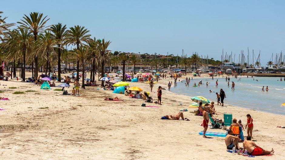 Urlauber am Strand von El Arenal auf Mallorca – könnten die neuen Corona-Hotspots in NRW Auswirkungen auf den Sommerurlaub haben?