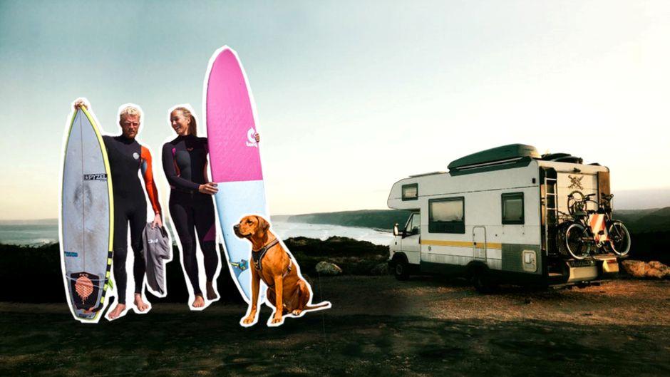 Stephan und Michelle mit Surfbrettern und Hund Turner am Wohnmobil.