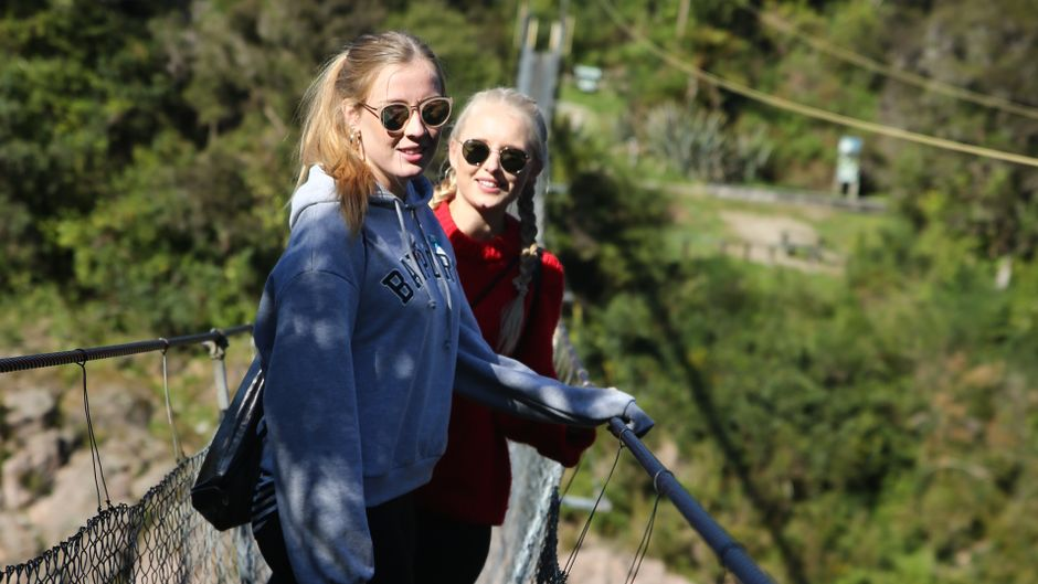 Jane und Julia auf der Hängebrücke über die Buller Gorge in Neuseeland.