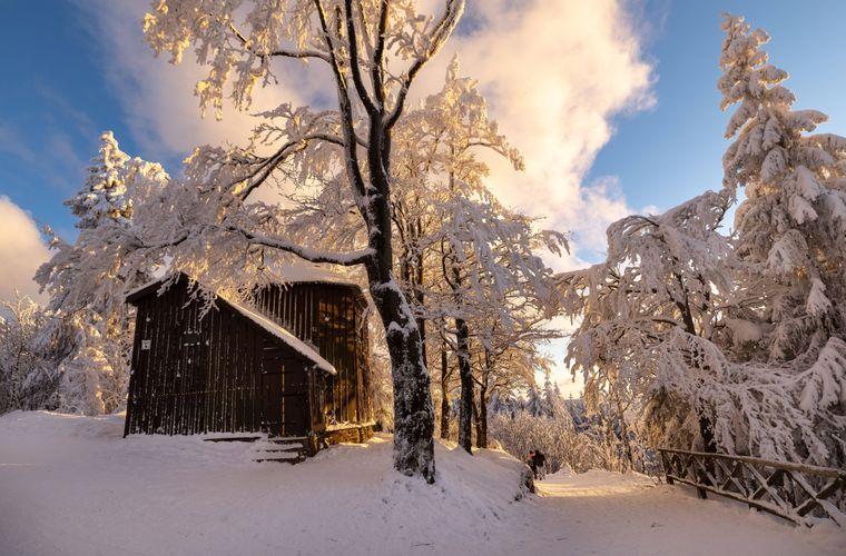 Am Goethehäuschen auf dem Kickelhahn im Schnee den Sonnenuntergang genießen.