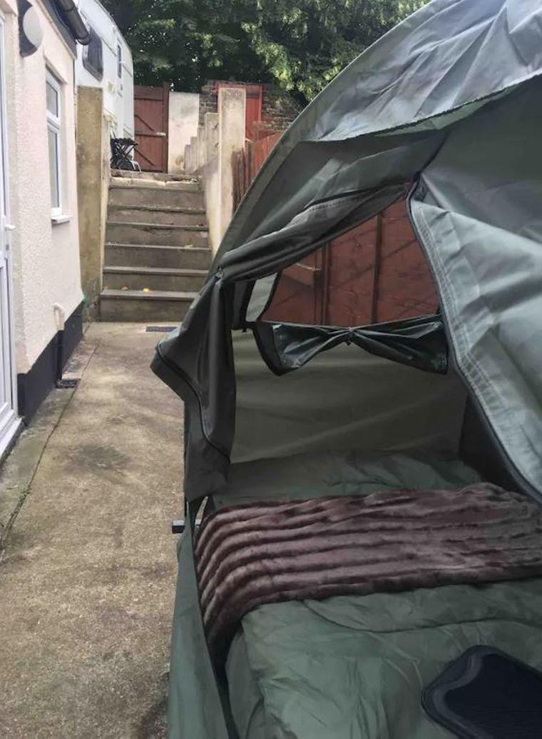 Für umgerechnet neun Euro kannst du im Hinterhof-Zelt übernachten.