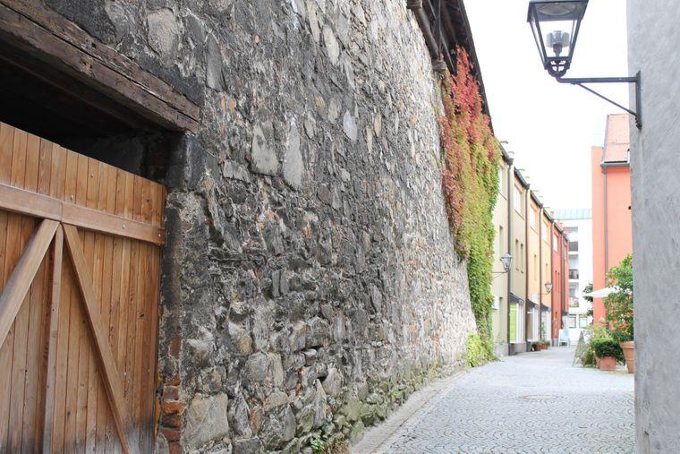Die Überreste der Deggendorfer Stadtmauer stammen aus dem 14. Jahrhundert.