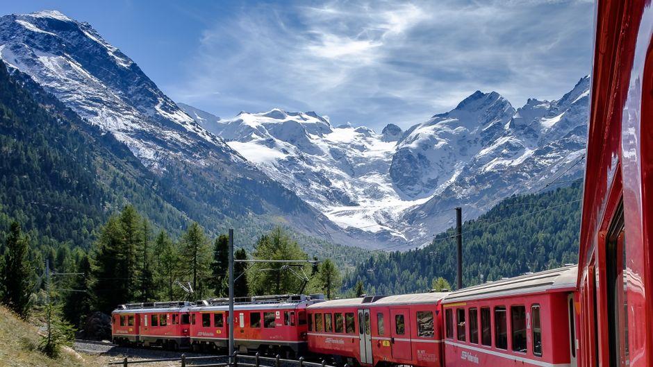Der Bernina-Express der Rhätischen Bahn in der Montebello-Kurve auf dem Weg nach Pontresina.