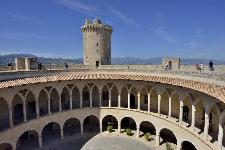 Das historische Castell de Bellver ist ein Muss bei deiner Sightseeing-Tour auf Mallorca.