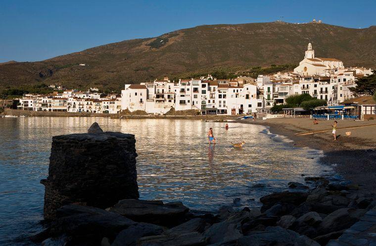 In der Provinz Gerona in Katalonien gilt der Stadtstrand von Cadaqués als Besonderheit.