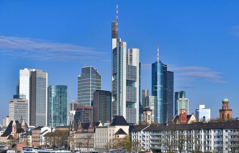 Im Mittelpunkt der Frankfurter Skyline steht zwischen dem Tower der Commerzbank und der Paulskirche der Maintower.
