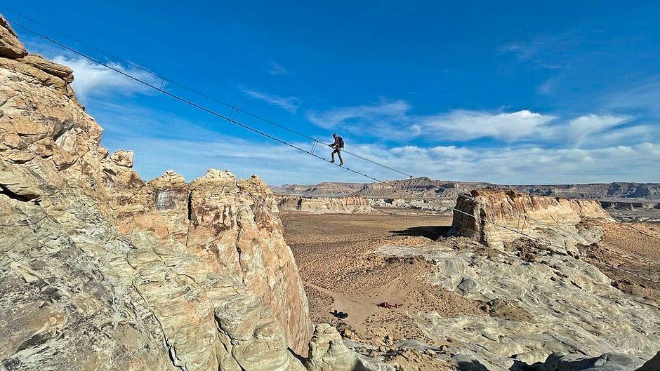 Die Cave Peak Stairway schwebt 122 Meter über der rauen Wüstenlandschaft Utahs.