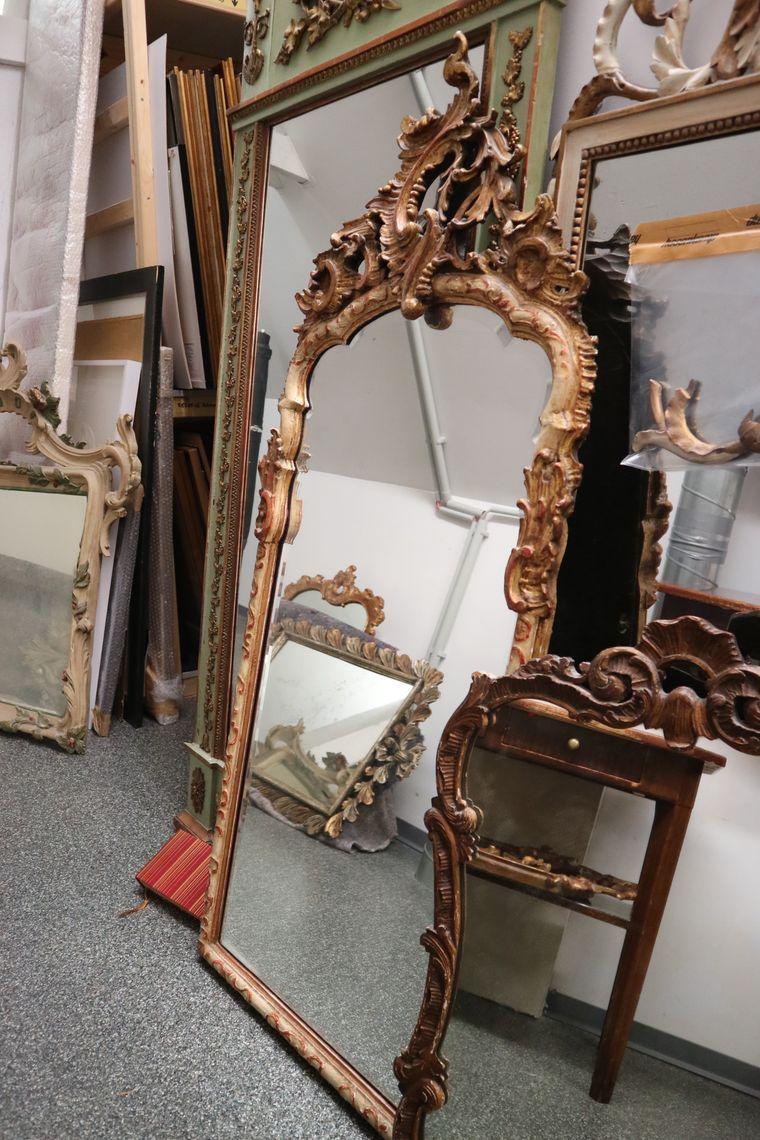 Mehrere alte Spiegel stehen zum Verkauf.