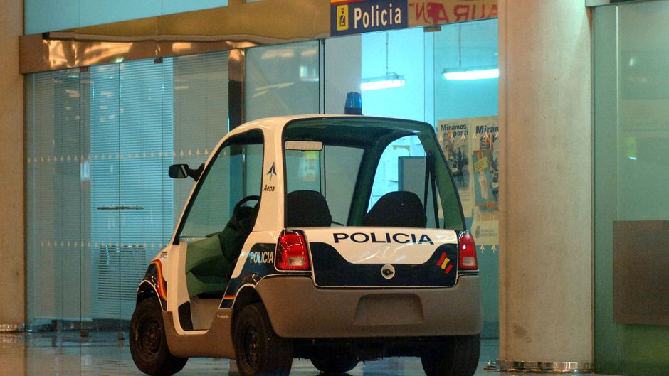 Mini-Polizeiauto der Flughafenpolizei auf dem Flughafen von Palma de Mallorca, Spanien.