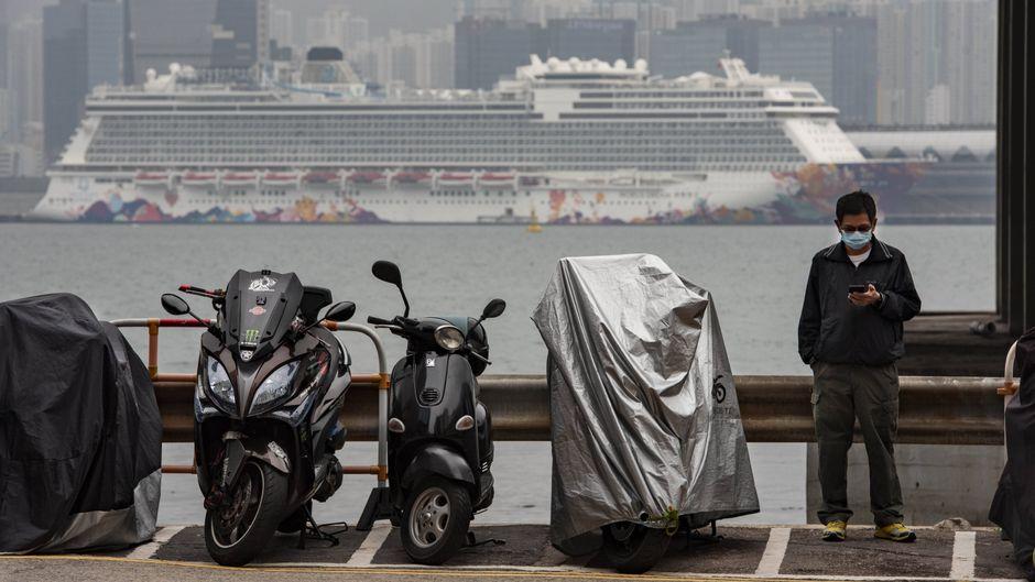 "Das Kreuzfahrtschiff ""Dream World"" lag während der Quarantäne am Kai-Tak-Cruise-Terminal in Hongkong."