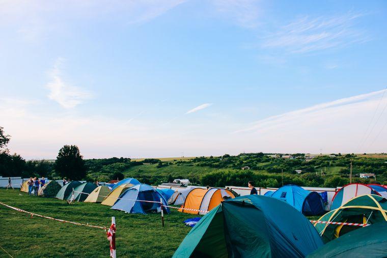 Zelte auf einer Wiese beim Festival.