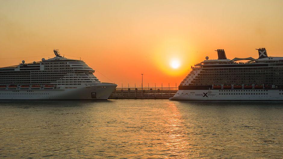 Kreuzfahrtschiffe im Hafen von Barcelona.
