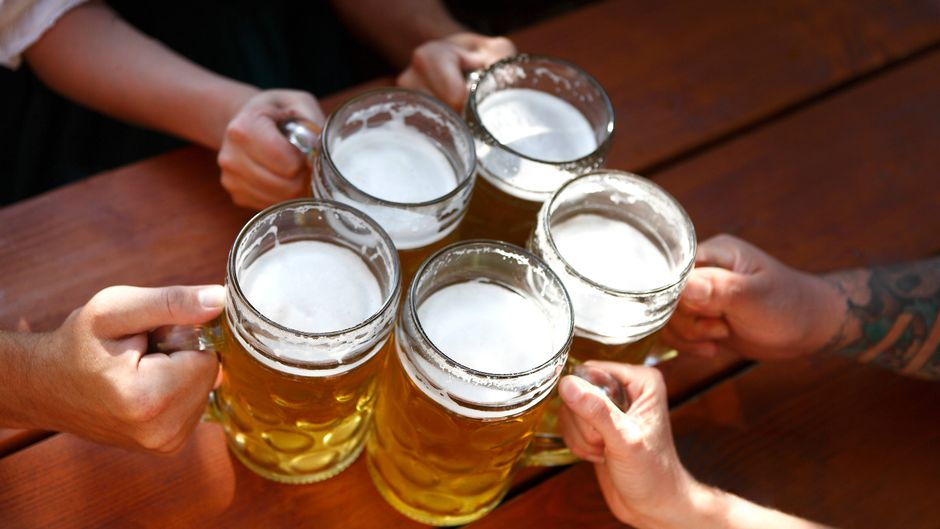 Die Maß Bier auf den deutschlandweit stattfindenden Oktoberfesten ist wieder teurer geworden.