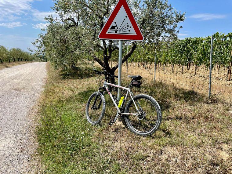 Kurze Pause. Um danach auf Schotterwegen und entlang der  Weinreben und Olivenbäume das Chianti-Gebiet zu erradeln