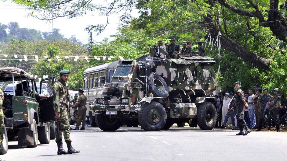 Panzer und Polizisten sicherten die Straßen von Kandy im Zentrum Sri Lankas.